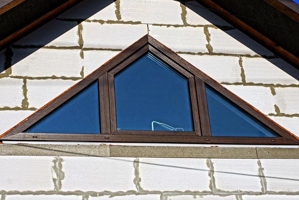 как обкладывают кирпичом треугольные окна фото